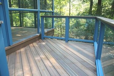 Fiberon deck and screened porch with tempered glass rail in Ivorytown, CT
