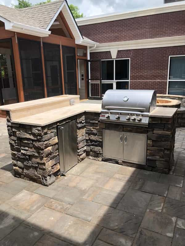 Outdoor kitchen area with built in barbecue