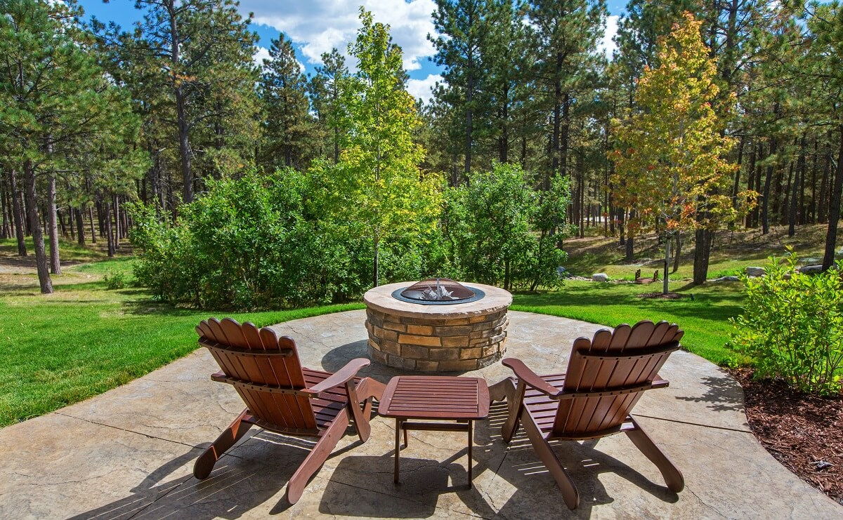 You-will-never-tire-from-enjoying-a-custom-backyard-fire-pit